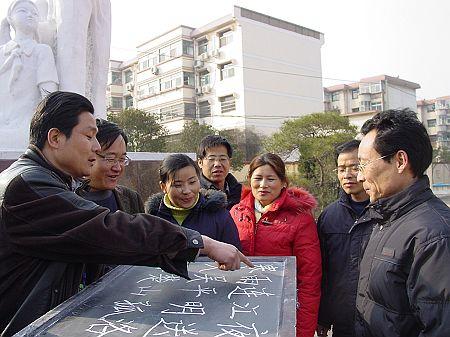 一横一竖做学生表率(图)_枣庄大众网-枣庄唯一