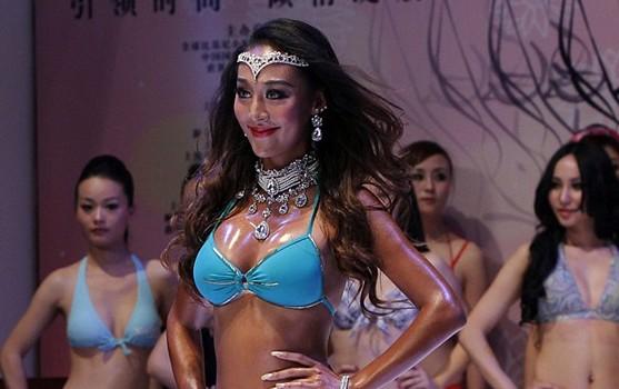 2012全球比基尼小姐佳丽热辣身材亮相上海