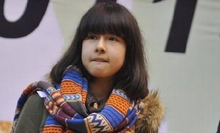 阿的江女儿亮相 清纯可爱美丽动人