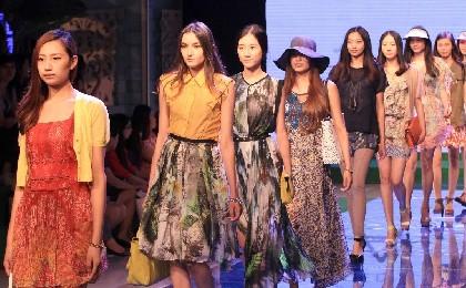 武汉夏季时装周 模特演绎法式花语