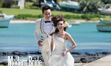 刘璇王�|甜蜜婚纱照曝光 披唯美白纱海边嬉水