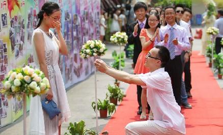 毕业典礼红毯秀上演浪漫求婚一幕