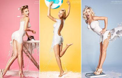 众女模身披白色乳液拍挂历 性感湿身曲线毕露