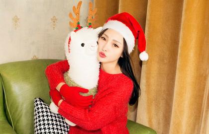 柳岩复古圣诞写真红配绿 温馨倚靠大熊甜蜜爆表