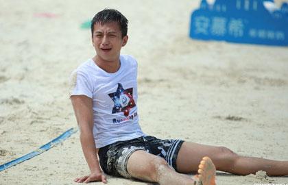 《跑男2》收官结局难料 邓超赤脚坐沙滩撒娇