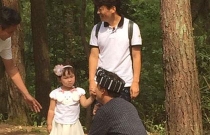 王宝强携女加盟爸爸3 小公主羞涩宝宝笑开花