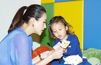 章子怡跨界设计童装 与小甜馨萌趣互动童心爆棚