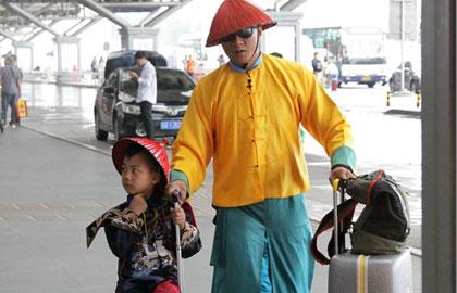 胡军康康穿清装现身机场 带刀侍卫护高冷大臣