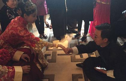 黄渤镜头下的ah婚礼 自称算命先生:明年有喜