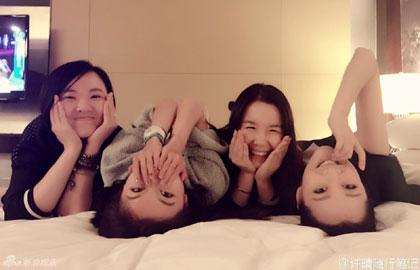 组图:许晴与女友人同床 任性翻滚笑容甜美