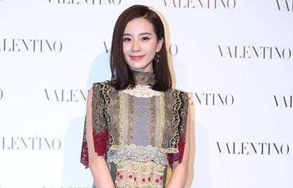 刘诗诗蕾丝礼服亮相上海 温婉动人气质优雅