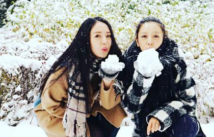 佟丽娅素颜与董璇玩雪 身怀六甲身材仍纤瘦