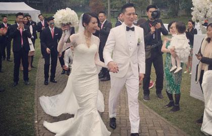 组图:胡杏儿与丈夫甜蜜亲吻 白色婚纱似公主