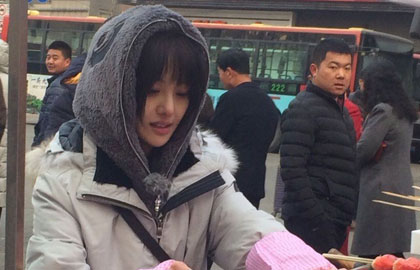 图:郑爽街边卖糖葫芦清纯动人 郑爸帅气获赞