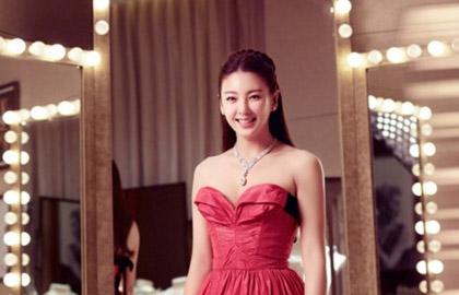 张雨绮抹胸长裙优雅现身 亿元珠宝抢镜