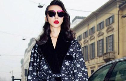 巩新亮现身巴黎时尚活动 黑色长裙尽显国际范