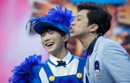 TFBOYS王源扮小丑抹红脸蛋 唱五环之歌爆笑