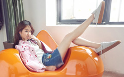组图:杨紫曝光时尚写真 清新俏皮秀长腿