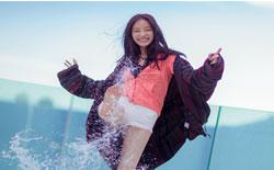 倪妮戛纳海边随性嬉水 夏天就该露出大长腿