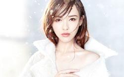 唐嫣化身雪之女王秀香肩 唯美梦幻撩人心