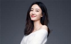 王丽坤暖冬写真妆容清新 香肩长腿秀性感