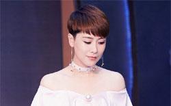 海清出席公益活动秀香肩 天鹅颈高贵优雅