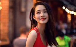 李沁开春红裙添喜气 活泼清丽不失优雅