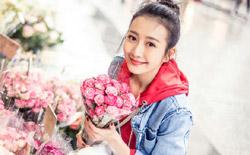 王鸥休闲街拍曝光 手捧粉色蔷薇笑容甜美
