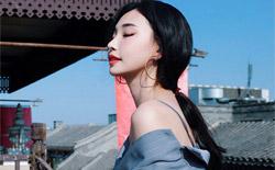 童菲曝最新时尚街拍 条纹西装配开叉裙玩转夏日清新