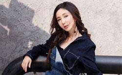 娄艺潇街拍展百变魅力 活力少女vs优雅女人