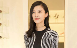 杨子姗黑白条纹裙优雅亮相 时髦简约展曲线美