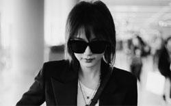 王子文展酷girl时尚 经典黑白灰搭出高级质感