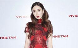 娄艺潇惊喜现身时装秀 着镂空红裙气质典雅