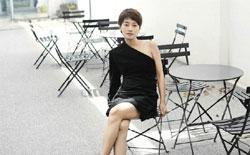 马伊�P黑白质感时尚大片 简约性感展熟女气质