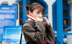 袁姗姗街拍大片玩转浪漫复古风 尽展自信魅力