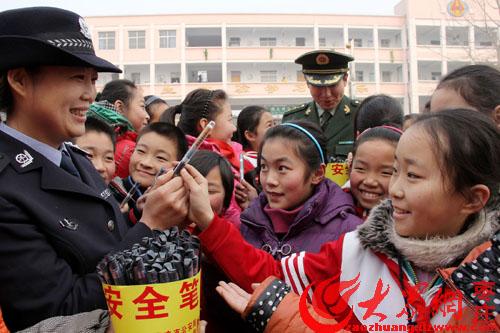 摄影报道:黄山小学生寒假前喜领安全笔_枣庄枣庄实验小学运动会图片