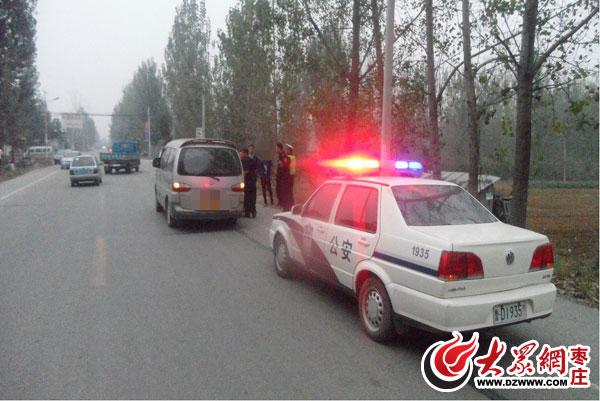 中发现一辆灰色五菱面包车存在超载嫌疑,于是,巡逻民警示意车辆靠高清图片