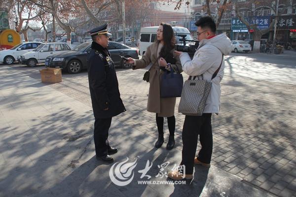 """88彩票平台9福:【家国网聚・网络旺年】城管队员""""忙年""""_不忘初心做好服务"""