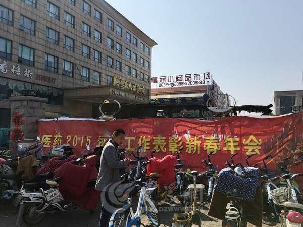 枣庄西站附近一酒店车棚起火 奔驰烧成骨架